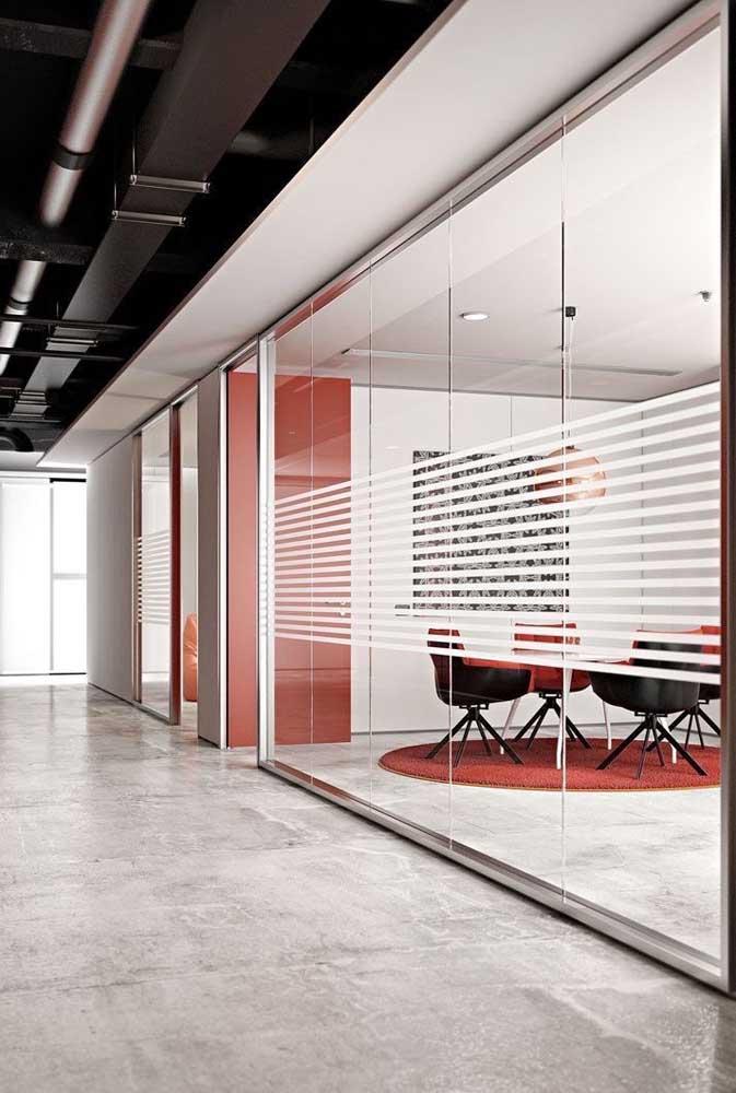 Listras jateadas na parede de vidro do escritório. Um detalhe estético para o mundo corporativo