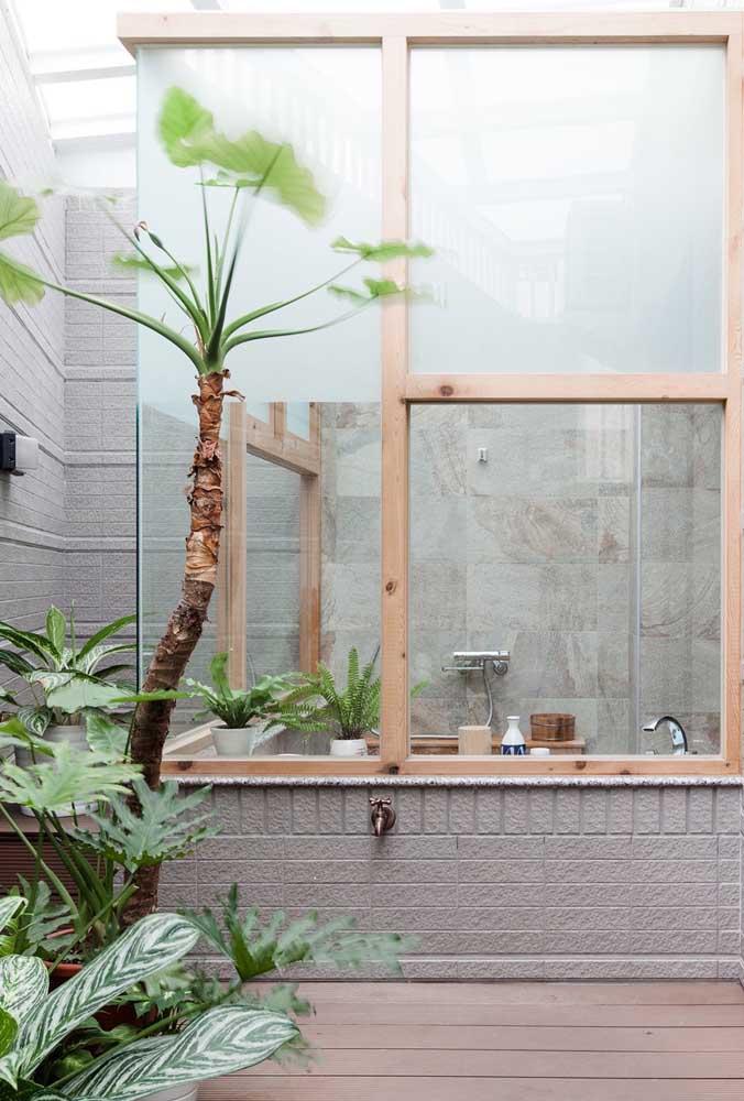 Aqui nesse banheiro, a ideia foi usar apenas meia janela com vidro jateado