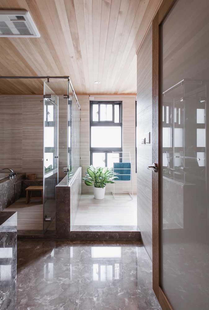 Vidro jateado para porta do banheiro. Solução elegante e funcional para o ambiente