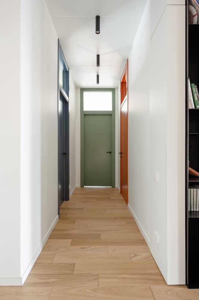 Essa ideia vale a pena guardar: vidro jateado sobre as portas. Ilumine sem perder privacidade