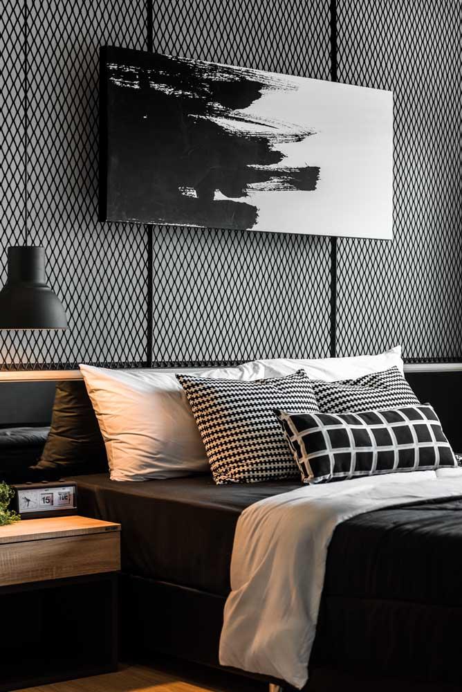 Efeito gráfico na parede preta do quarto do casal. Repare que toda a decoração segue no duo preto e branco
