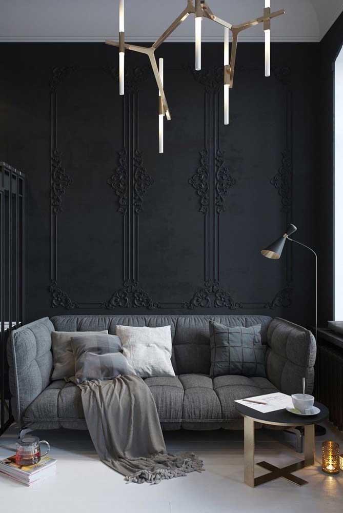 Como não amar uma parede preta com boisseries clássicas?