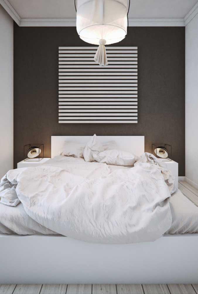 Parede preta valorizada pelo quadro minimalista