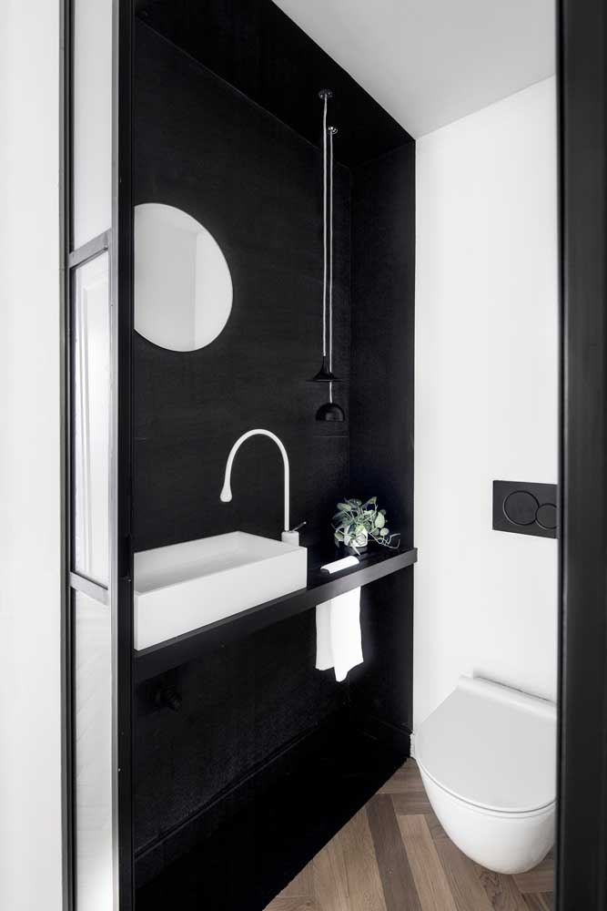 Um jeito simples e fácil de valorizar o seu banheiro: pintando uma das paredes de preto