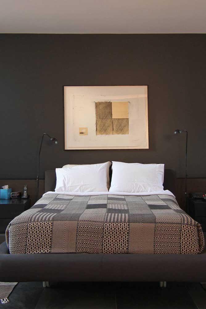 Nesse outro quarto de casal, a parede preta também foi decorada com quadro
