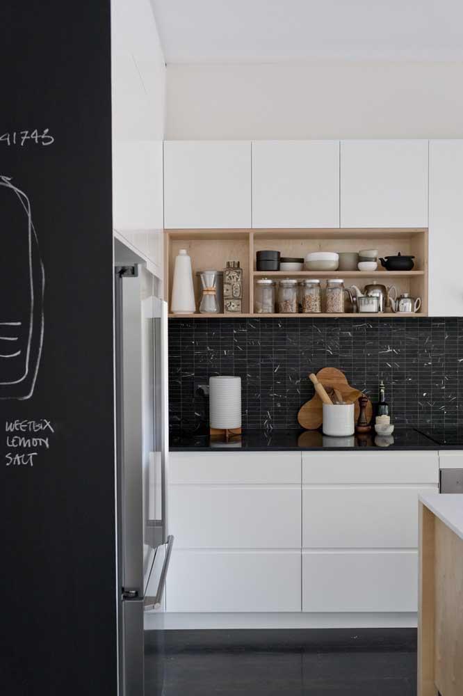 Parede lousa preta no corredor e parede de azulejos pretos na cozinha