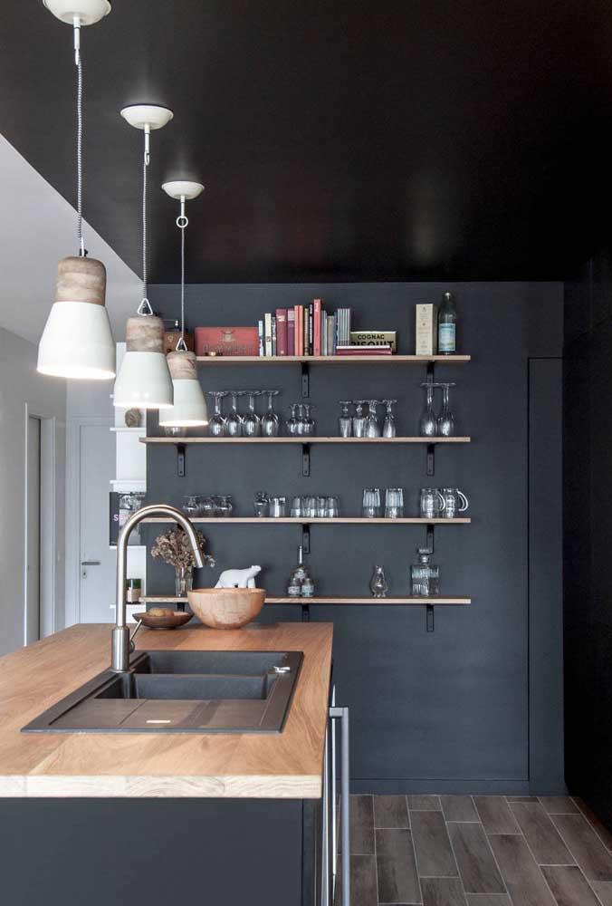 Cozinha americana com paredes e tetos pretos. Ousadia e originalidade ao projeto