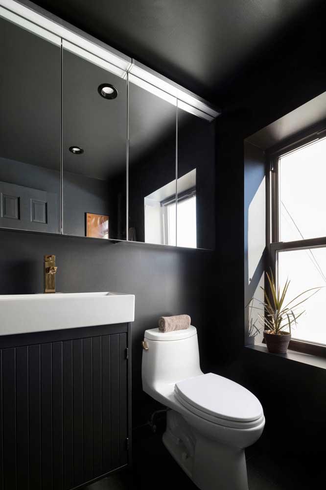 Aqui, o lavabo todo preto foi todo iluminado pela luz natural que vem da janela
