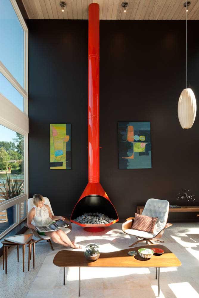 Pontos de cores vibrantes para aquecer e contrastar a parede preta