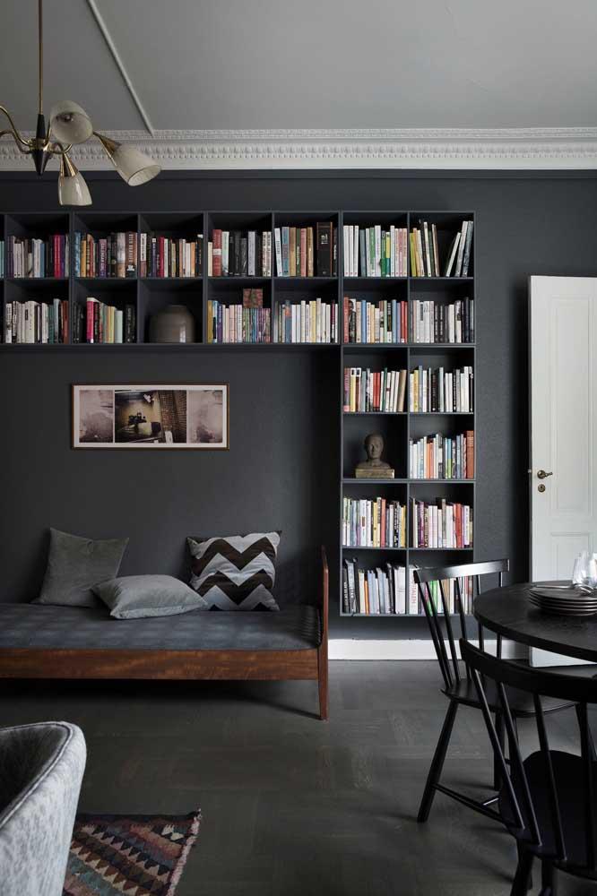 Parede preta decorada com livros
