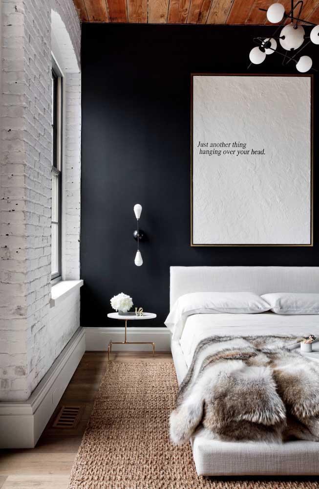 O quarto de casal em estilo rústico moderno se deu muito bem com a parede preta aos fundos