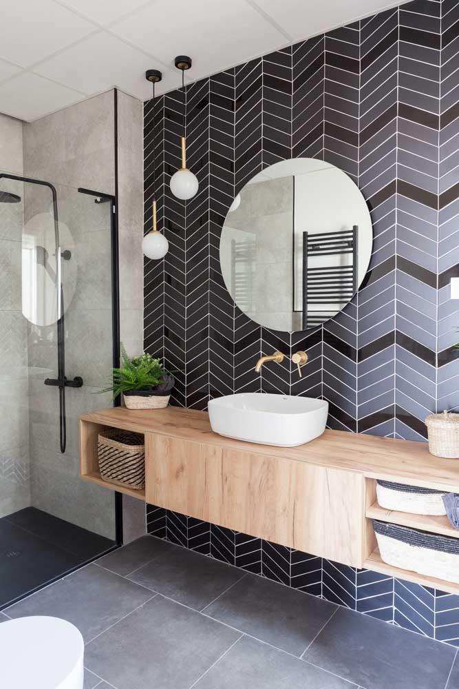 Os azulejos de metro na cor preta são o grande destaque desse banheiro