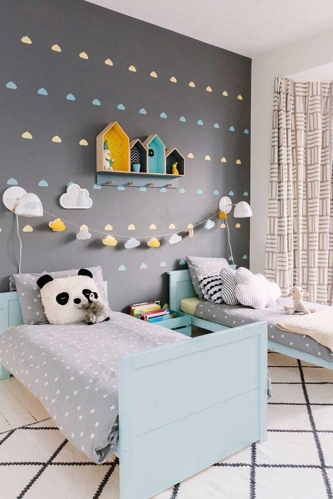 Parede preta no quarto das crianças. Um pouco de cor para deixar o ambiente mais lúdico