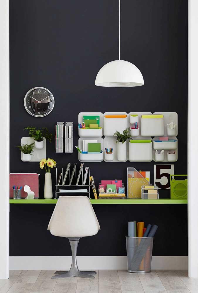 A parede preta desse escritório ganhou contrastes coloridos em neon