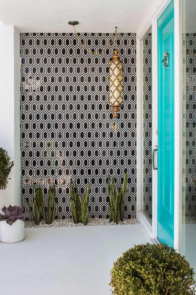 Papel de parede com estampa preta e branca para o hall de entrada