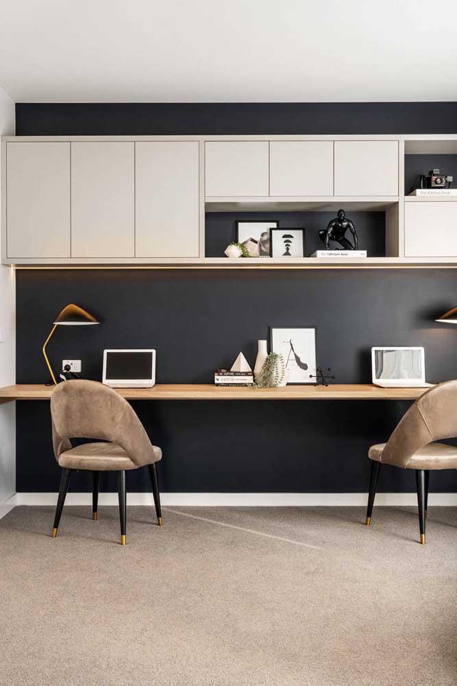 Um escritório moderno e elegante se faz com parede preta
