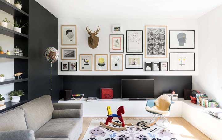 Parede preta decorada com elementos coloridos e lúdicos