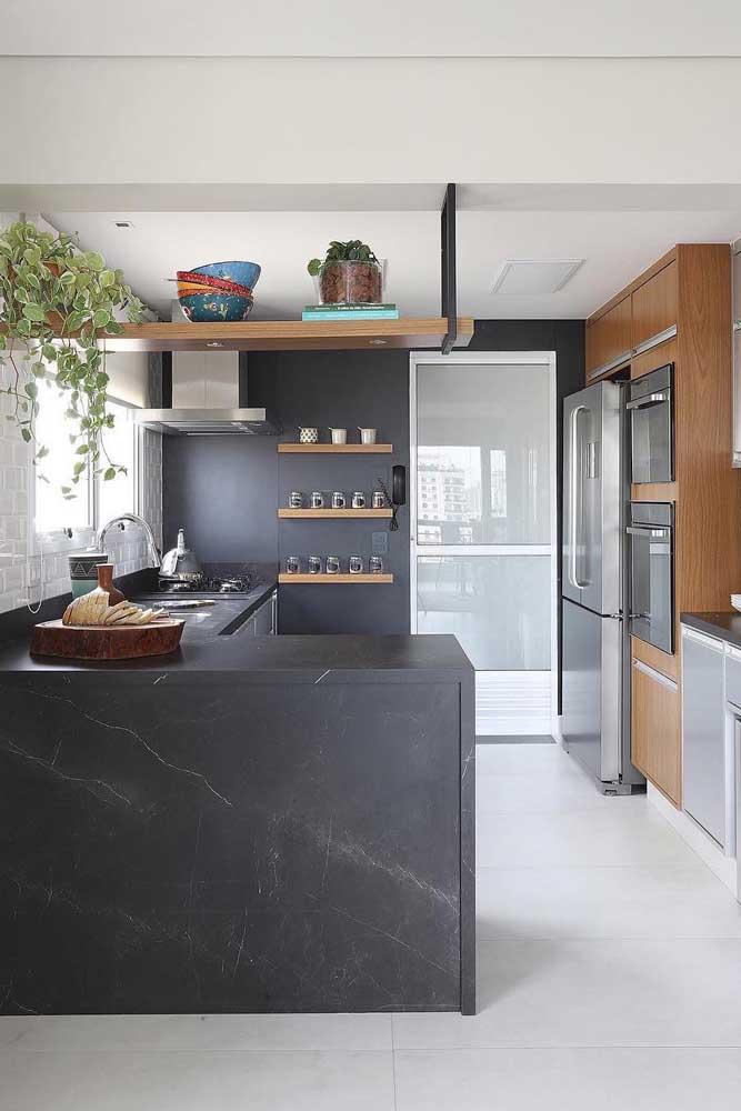 A cozinha com luz natural acertou em cheio com a parede e o balcão preto
