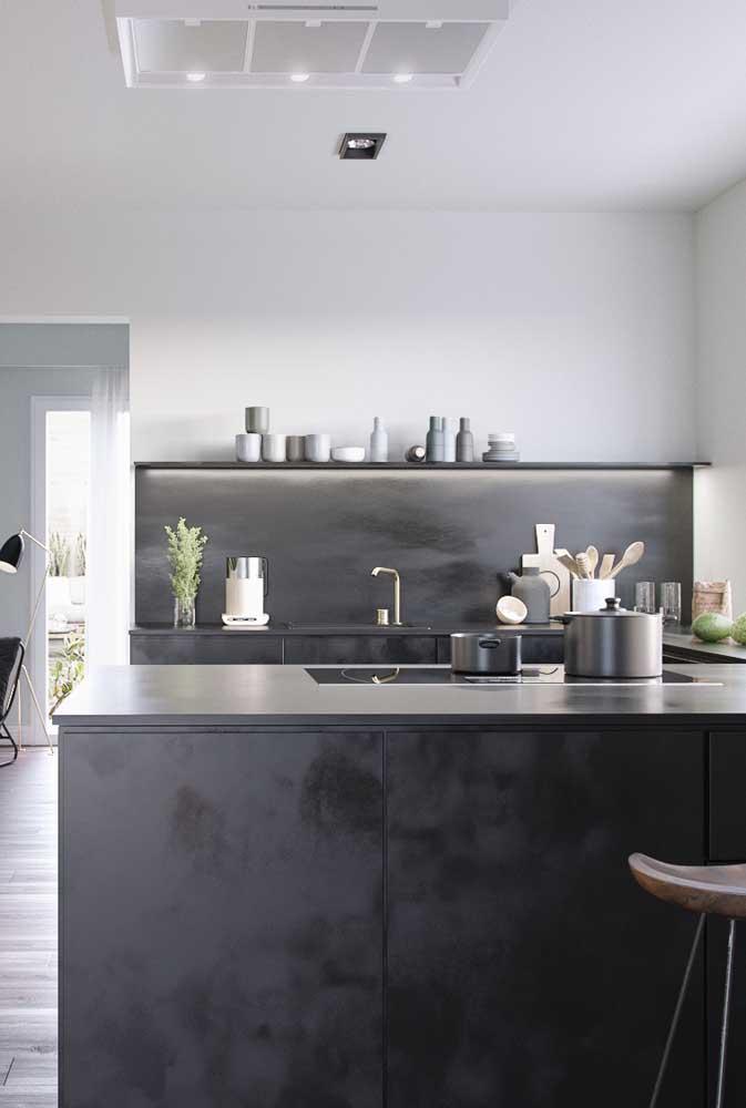 Cozinha americana com móveis pretos. Aqui, os armários aéreos dão lugar as prateleiras
