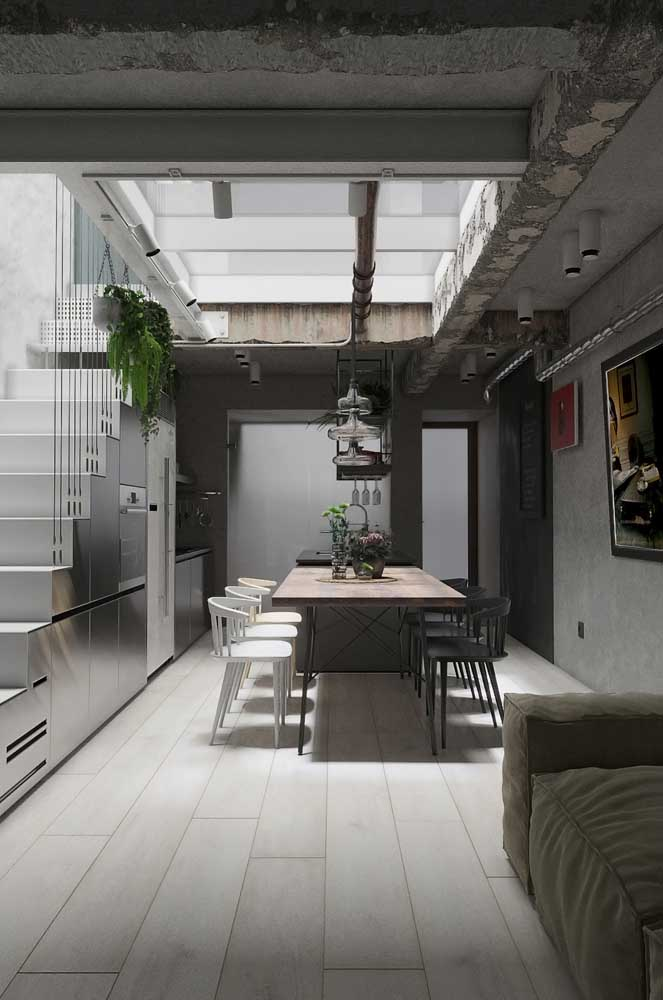 Que tal aproveitar o espaço embaixo da escada para fazer sua cozinha americana?