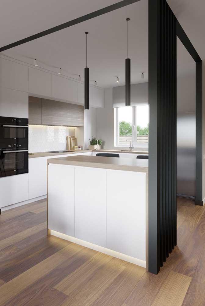 Aqui, a divisória de madeira demarca suavemente o espaço da cozinha
