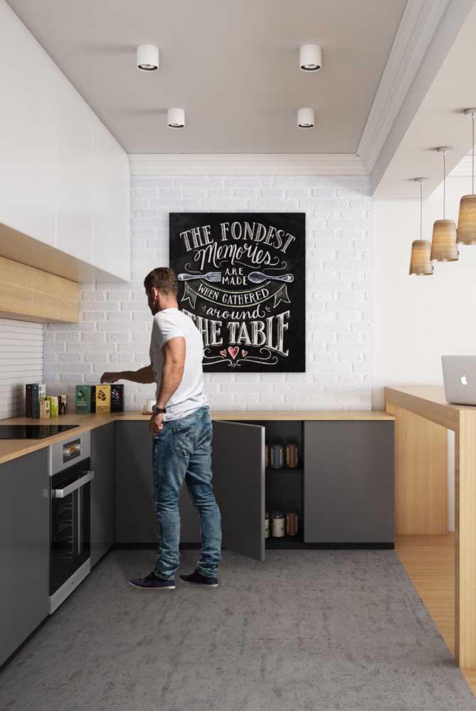 Cozinha americana planejada para atender as necessidades dos moradores e otimizar o espaço disponível