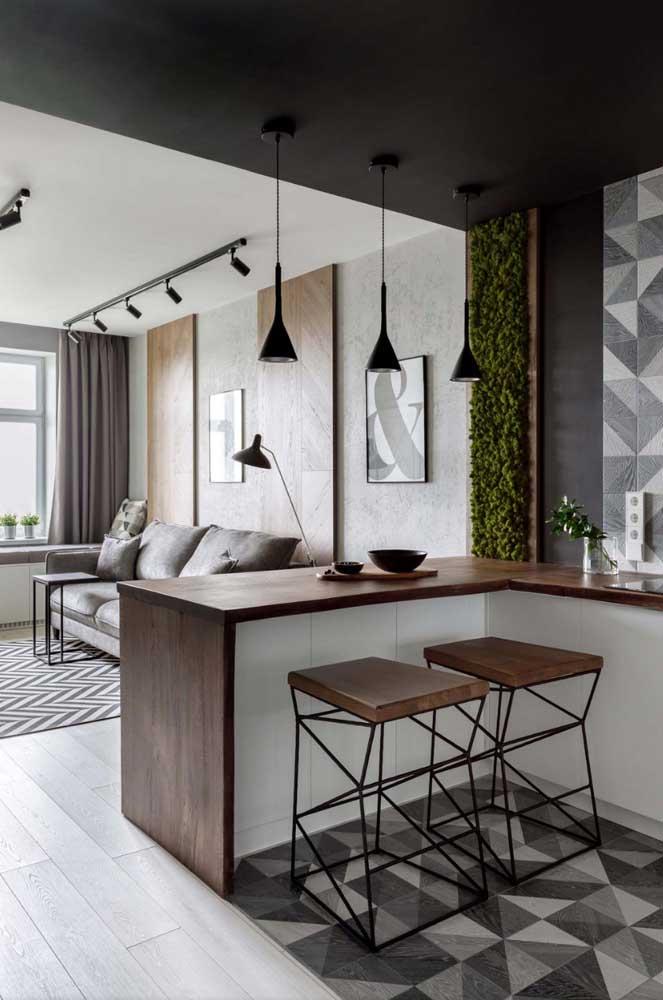 Aqui a pintura no teto é a responsável por setorizar a área da cozinha