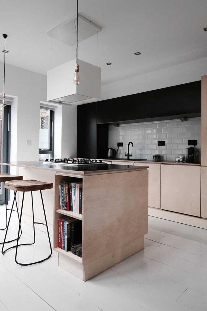 Aproveite o espaço da ilha da cozinha para inserir nichos, prateleiras e armários