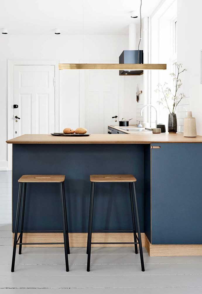 Já quem prefere projetos mais sóbrios, pode apostar em uma tonalidade de azul escuro para a cozinha