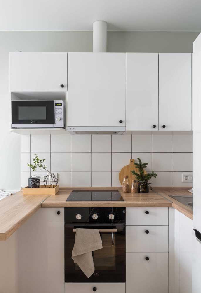 Cozinha americana simples, pequena, branquinha e linda de ver!