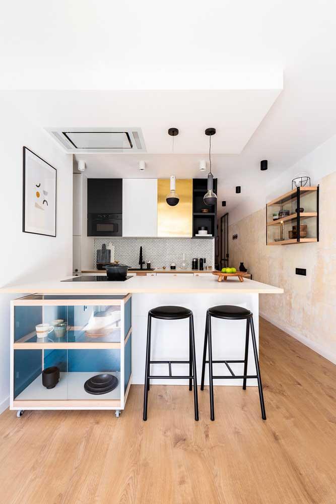 O carrinho embaixo do balcão permite um uso mais funcional e prático para a cozinha americana