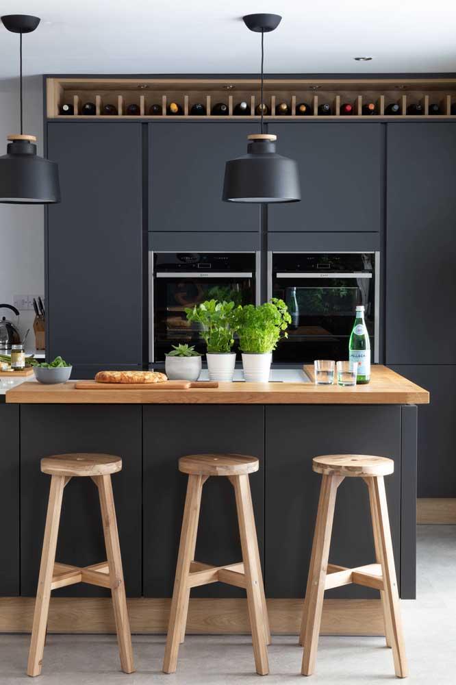 Essa cozinha americana banhada por luz natural apostou sem medo na cor preta