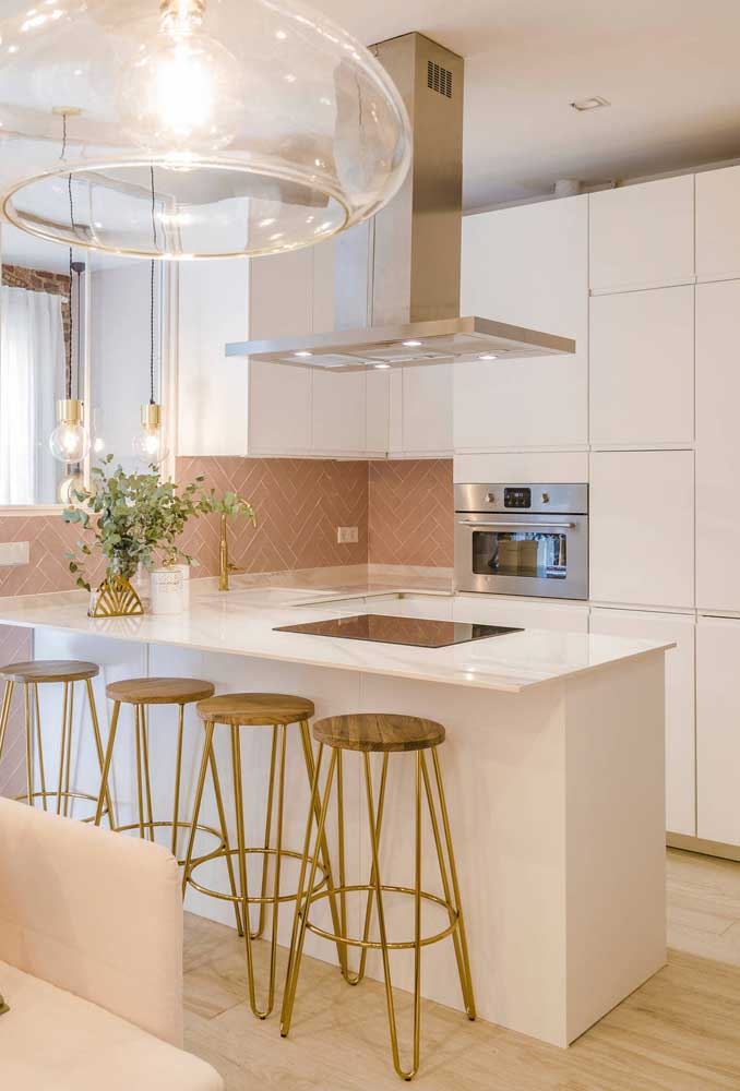 Já aqui é a paleta de rosa, branco e dourado que se destaca, criando uma cozinha romântica, moderna e delicada