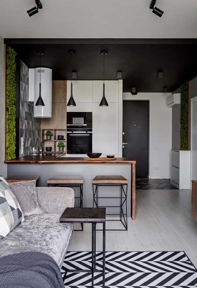 Cozinha americana integrada com a sala de estar. Repare que foi usada a mesma paleta de cores para os dois ambientes