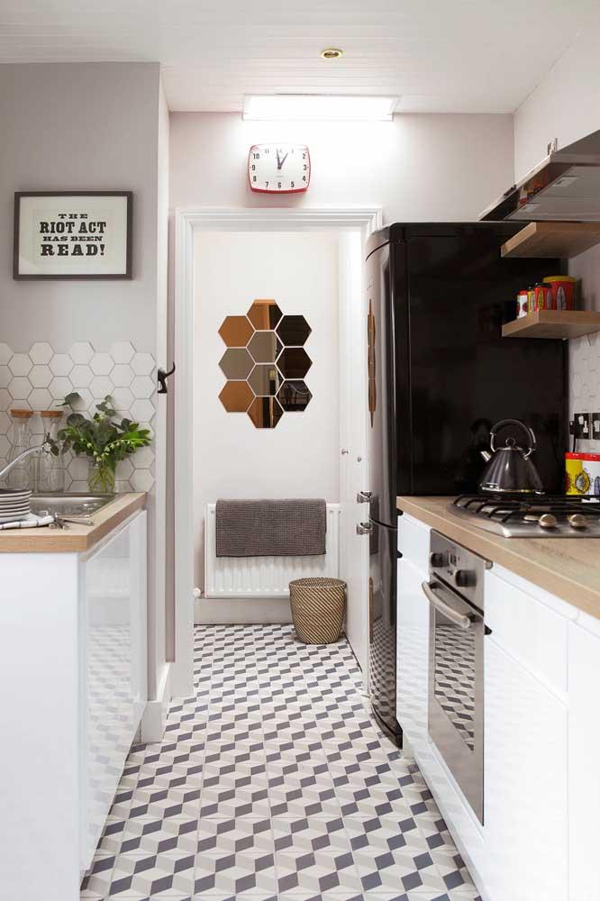 Um piso cheio de charme para compor a decoração dessa pequena, mas estilosa cozinha americana