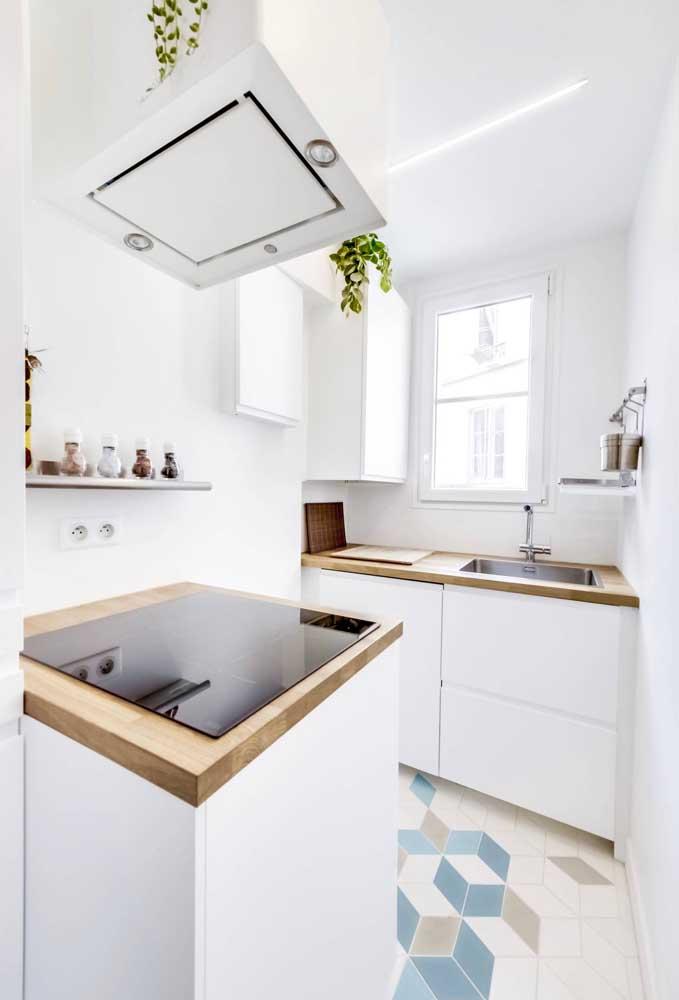 Cozinha americana pequena em tons de branco e madeira clara