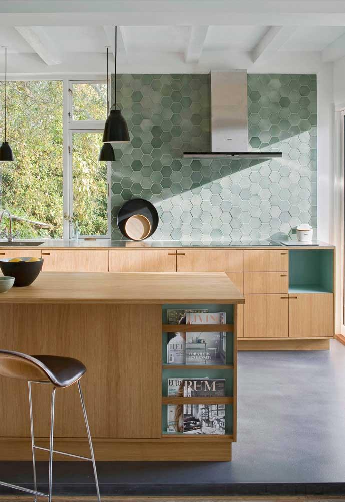 Cozinha americana em madeira e detalhes em verde