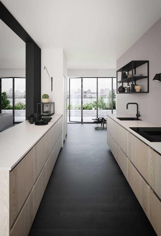 Cozinha americana em estilo corredor com a clássica e sempre bem vinda paleta branca e preta