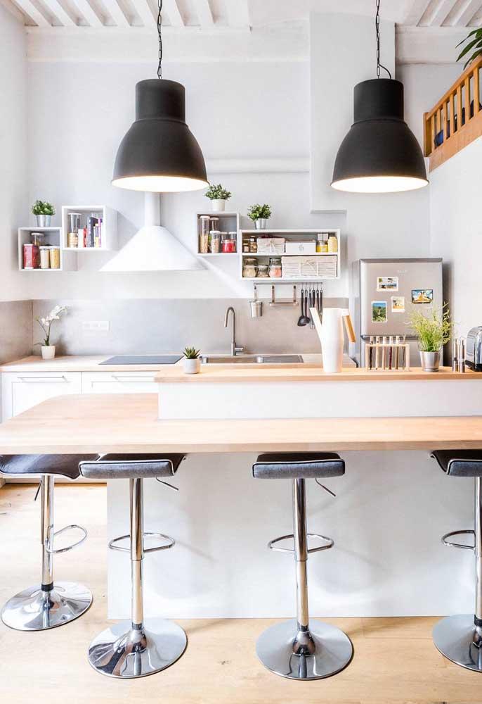 Cozinha americana moderna em tons de branco e preto. Alguns toques de cor ajudam a dar ânimo e vida ao ambiente