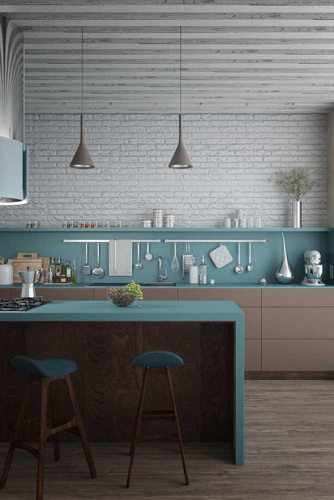 Cozinha americana moderna com móveis sob medida em uma interessante combinação de azul com amadeirado