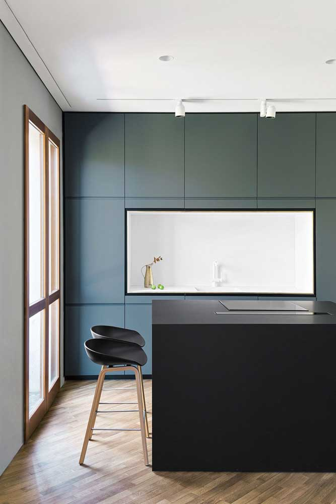 Cozinha americana moderna e minimalista. O fogão de indução, super discreto, deixa a cozinha ainda mais clean