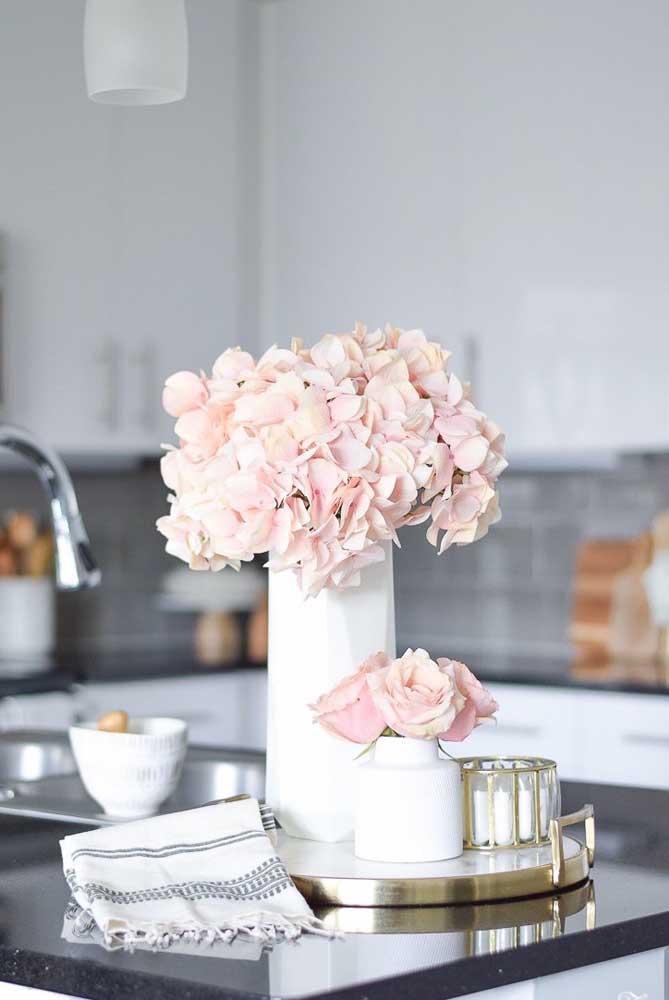 Arranjo com flores de inverno para decorar a cozinha