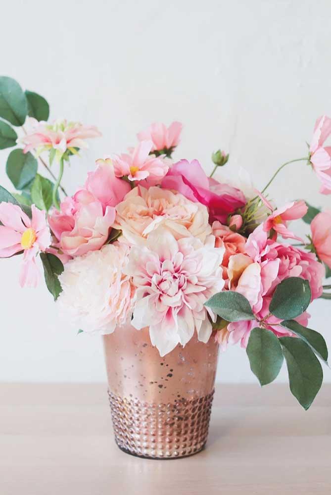 Linda combinação de flores de inverno em tons de rosa, entre elas se destacam as azaléas