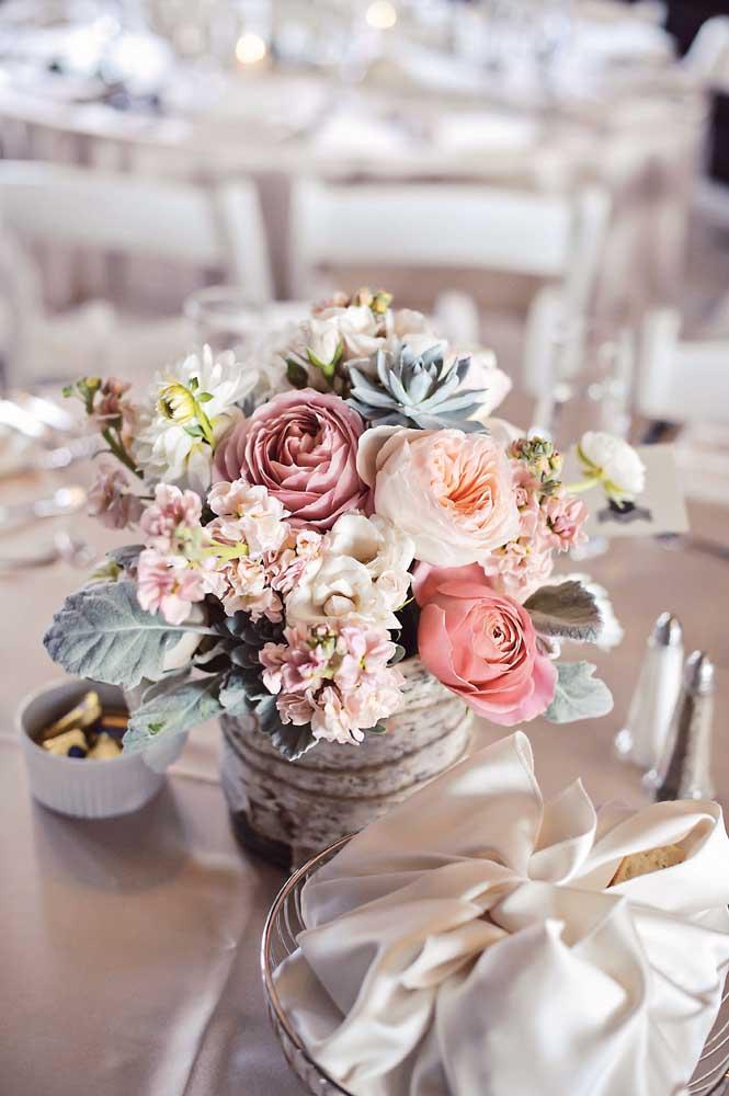 Centro de mesa para casamento feito com flores de inverno. As azaléas trazem um toque de cor, enquanto as suculentas imprimem rusticidade