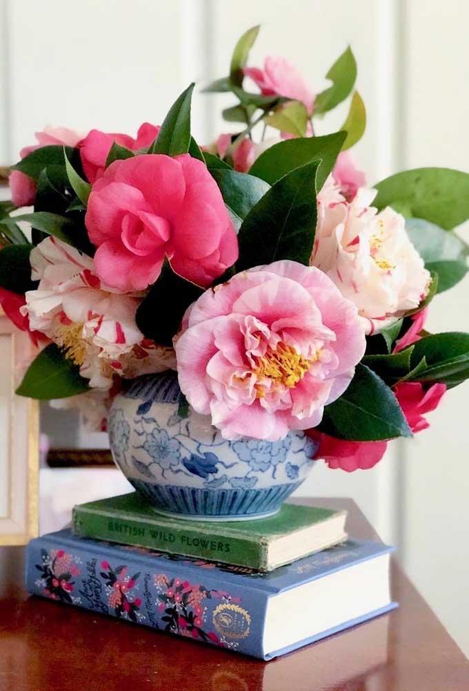 Arranjo de camélias e azaleias decorando a sala. Plante no seu jardim e tenha flores sempre que desejar