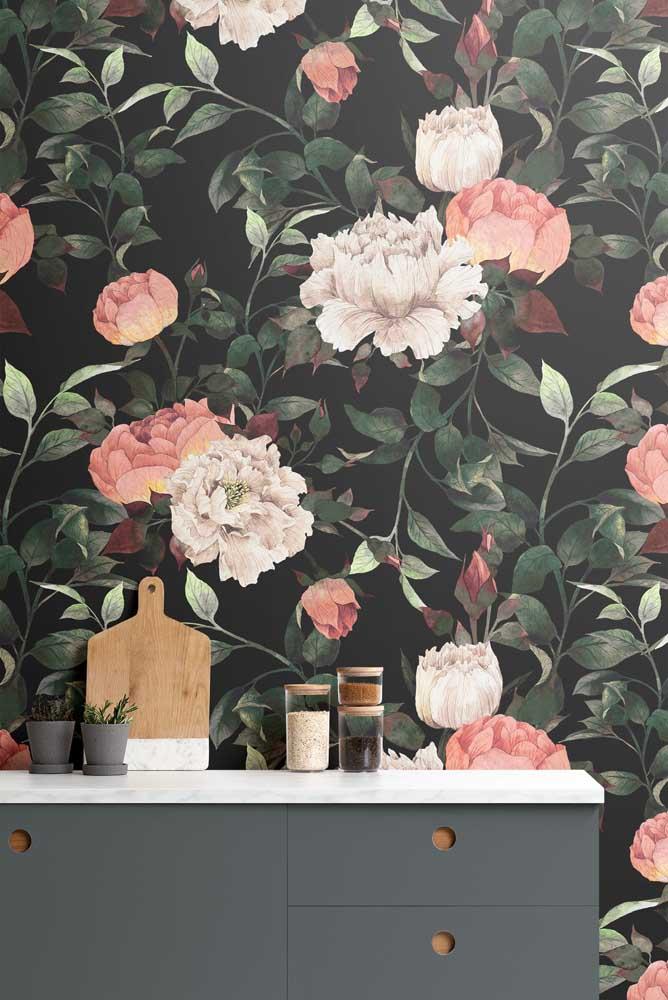 Mais uma dica para inserir flores de inverno na decoração: papel de parede