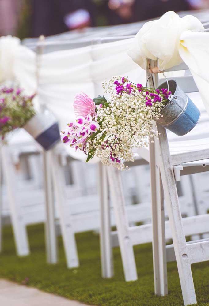 Flores de inverno para casamento: aqui, elas adornam o caminho que leva os noivos até o altar