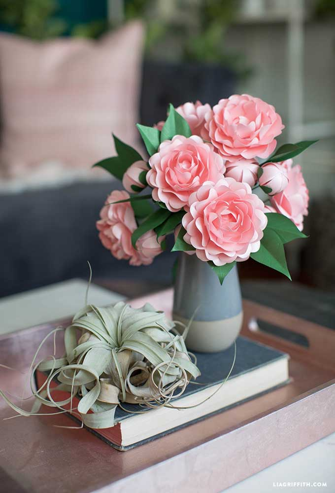 Vaso com flores de camélia de papel. Sempre há uma solução para quando não for possível usar flores naturais