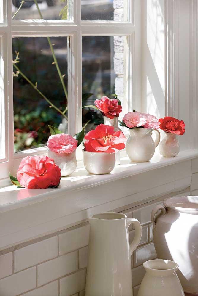 Pegue potinhos na cozinha e coloque uma flor de camélia dentro de cada um