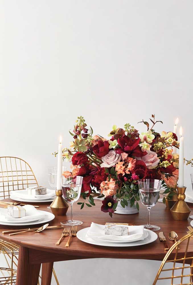 Um super arranjo de mesa feito com flores de inverno, entre elas a camélia